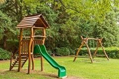 Le ` vert s d'enfants a patiné fait du bois naturel images libres de droits