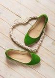 Le ` vert s de femmes chausse des ballerines sur le fond en bois Image libre de droits