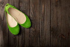 Le ` vert s de femmes chausse des ballerines sur le fond en bois Photos libres de droits
