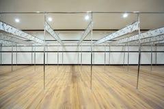 Le vestiaire est construit des pipes avec des crochets Photographie stock libre de droits