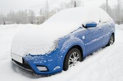 Le véhicule sous la neige Photographie stock libre de droits