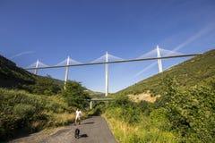 Le viaduc de Millau, un pont câble-resté qui enjambe la vallée de la rivière le Tarn près de Millau dans des Frances du sud C'est Photo stock