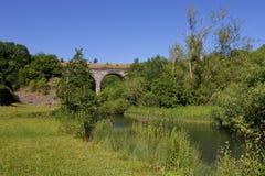 Le viaduc de pierre tombale sur la traînée de Monsal au-dessus du montage en étoile de rivière Image stock