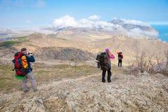 Le viandanti godono di un paesaggio della montagna Fotografie Stock