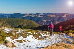 Le viandanti scala sulla traccia verso l'alta montagna Ridge Immagine Stock Libera da Diritti