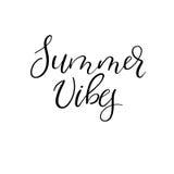 Le vibrazioni dell'estate passano l'iscrizione per il manifesto, la carta, sovrapposizione della foto calligraphy Fotografia Stock