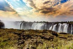 Le Victoria Falls avec l'effet dramatique de HDR de ciel Images libres de droits