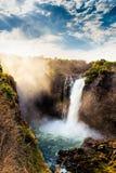 Le Victoria Falls avec le ciel dramatique Images stock