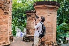 Le videographer d'homme tire la vidéo dans le stabilisateur électronique, steadycam pour tirer au Cham Tovers de PO Nagar Concept Images libres de droits
