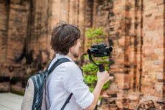 Le videographer d'homme tire la vidéo dans le stabilisateur électronique, steadycam pour tirer au Cham Tovers de PO Nagar Concept Photo stock