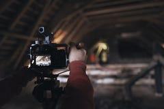 Le videographer travaille sur le rapport Image stock