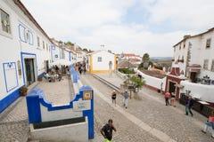 Le vie accoglienti con i pendii ripidi in una piccola città portoghese Immagini Stock Libere da Diritti