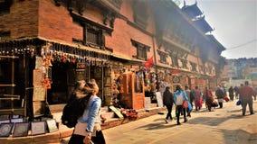 Le vie del Nepal, un bel giorno fotografia stock
