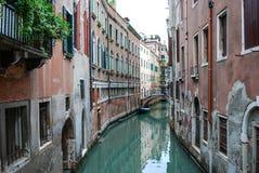 Le vie posteriori calme dei canali di Venezia, Italia fotografia stock libera da diritti