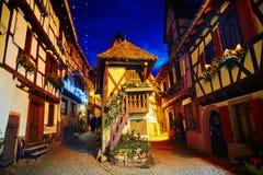 Le vie strette di Eguisheim, l'Alsazia, Francia hanno decorato per il Natale Fotografie Stock Libere da Diritti