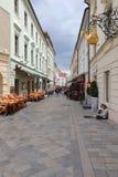 Le vie uniche di vecchia Bratislava, affascinano dall'incanto, da un cosiness e dalla birra eccellente fotografia stock libera da diritti