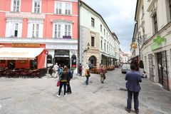 Le vie uniche di vecchia Bratislava, affascinano dall'incanto, da un cosiness e dalla birra eccellente immagini stock libere da diritti