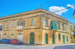 Le vieil édifice maltais avec des balcons, Mosta, Malte photo stock