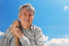 Le vieil aîné dans la chemise rayée avec poussent le sourire Photo stock