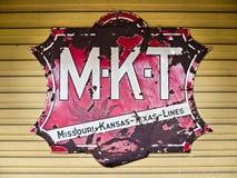 Le vieil acier de M-K-T se connectent le côté du bâtiment Photographie stock