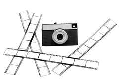 Le vieil appareil-photo de film et le film blanc. Image libre de droits