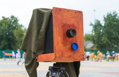 Le vieil appareil-photo sur la rue Image stock