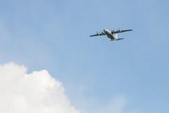 Le vieil avion de charge militaire soviétique de turbopropulseur vole au-dessus de la ville dans peut jour de 9 victoires Image stock