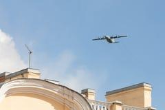 Le vieil avion de charge militaire soviétique de turbopropulseur vole au-dessus de la ville dans peut jour de 9 victoires Image libre de droits