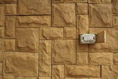 Le vieil commutateur électrique sur les murs de la pierre orange a empilé le beauti photos libres de droits