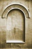 Le vieil espace faux plâtré âgé de copie de fond de cadre de stuc de fenêtre de voûte de faux faux, texture beige verticale foncé Photographie stock libre de droits