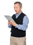 Le vieil homme apprennent à utiliser le PC de comprimé Photos libres de droits