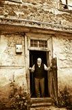 Le vieil homme attendant à la porte Photographie stock libre de droits