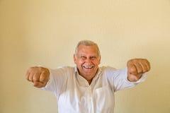 Le vieil homme avec distribue en tant que super héros Photographie stock libre de droits