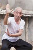 Le vieil homme chinois montre ses qualifications de Tai Chi, Pékin, Chine Photos libres de droits