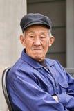 Le vieil homme chinois s'est habillé dans la veste bleue traditionnelle, Pékin, Chine Photos stock