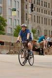 Le vieil homme conduit la bicyclette le long Lakeshore du lecteur Photo stock