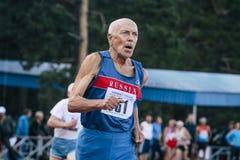 Le vieil homme court 400 mètres Photo libre de droits