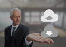 Le vieil homme d'affaires avec les mains ouvertes de paume tenant le téléchargement téléchargent des icônes de nuage Photos stock