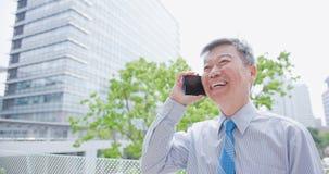 Le vieil homme d'affaires parlent le téléphone Photos libres de droits