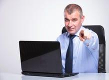Le vieil homme d'affaires se dirige à vous de l'ordinateur portable Photo libre de droits