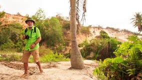 Le vieil homme de touristes marche par le tronc d'arbre en parc de Fée-courant banque de vidéos