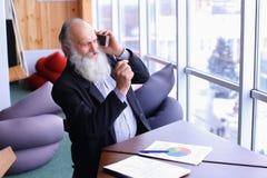 Le vieil homme expérimenté de compte bancaire donnent des conseils à l'aide du nouveau sma Photo libre de droits