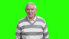 Le vieil homme fâché avec le visage de froncement de sourcils vous blâme banque de vidéos