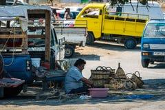 Le vieil homme fait des paniers de paille à la ville de Lindos sur l'île de Rhodes Image libre de droits
