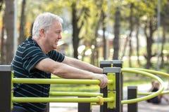 Le vieil homme a fatigué après l'exercice Images libres de droits