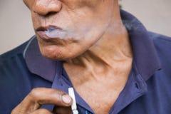Le vieil homme fume Foyer sélectif Image stock