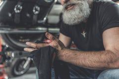 Le vieil homme gai faisant des bras nettoient Photo stock