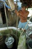 Le vieil homme indien guatémaltèque obtient l'eau du puits image libre de droits