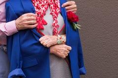 Le vieil homme a jeté sa veste sur dame âgée Image libre de droits