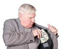 Le vieil homme met l'argent dans une poche images libres de droits